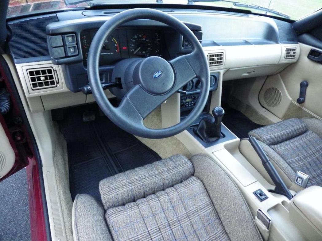 這輛1987年的Mustang GT內裝幾乎跟新車一樣。 摘自Carscoops