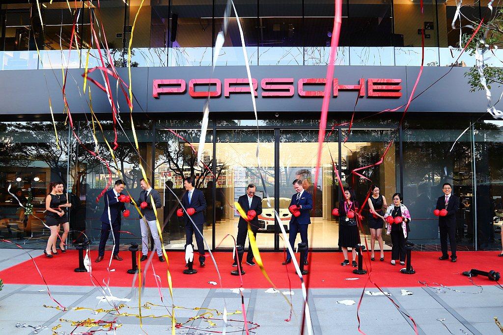 台灣第一家Porsche Studio都會概念店選定於桃園藝文特區正式開幕。 記...