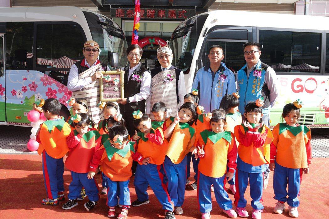 楊紀華日前和員工親自到尖石鄉送上第二輛巴士。