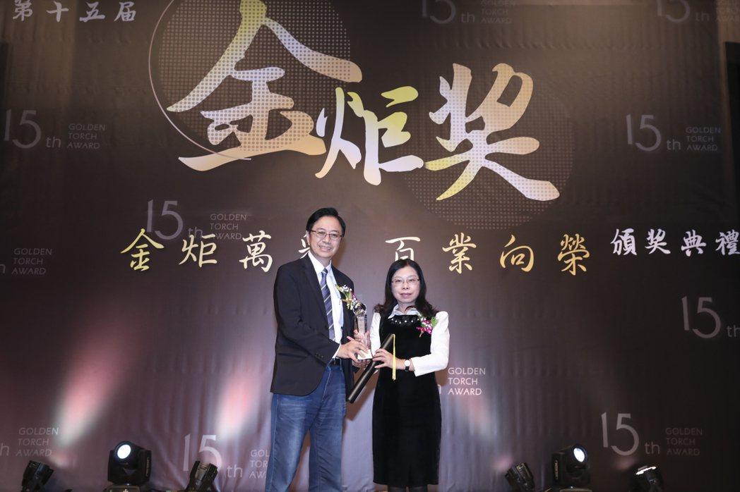 環球科大董事長許淑敏(右)獲得第十五屆金炬獎績優經理人肯定。 環球科大/提供。