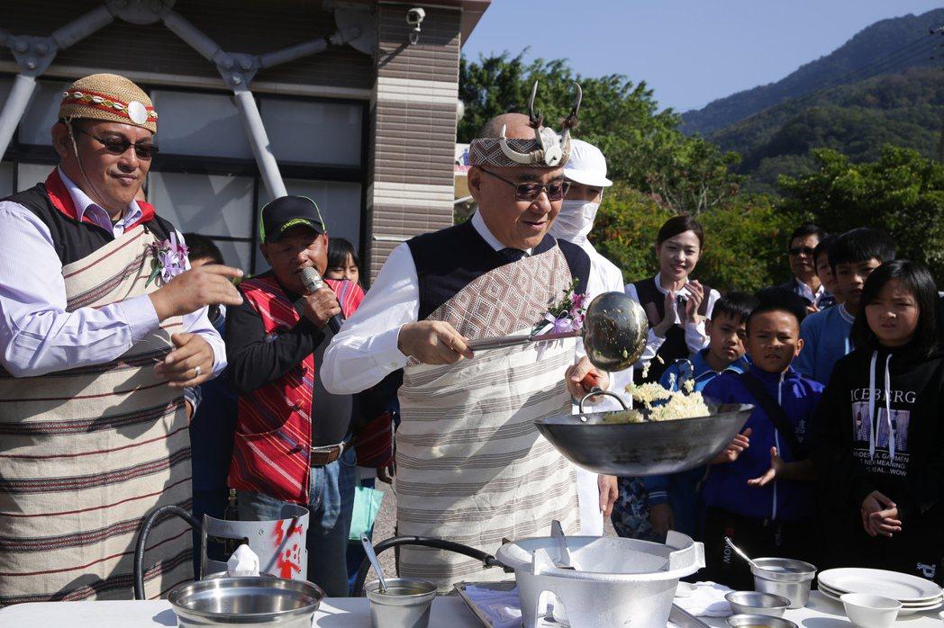 楊紀華當場在鄉公所前親自掌杓,傳授尖石國小高年級學童怎麼炒一盤蛋炒飯祕技。