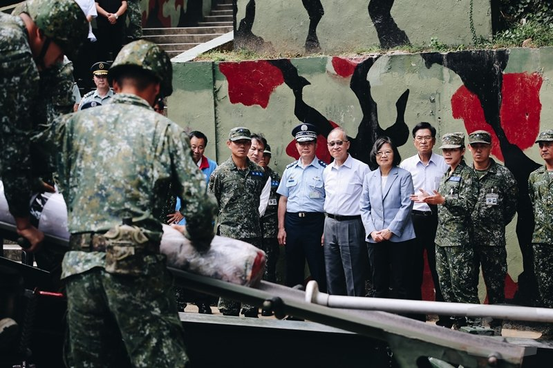 貫穿歷史,金馬在風口浪尖為台灣人擋死。圖為總統蔡英文視察馬祖南竿守備大隊混砲連。 圖/軍聞社提供