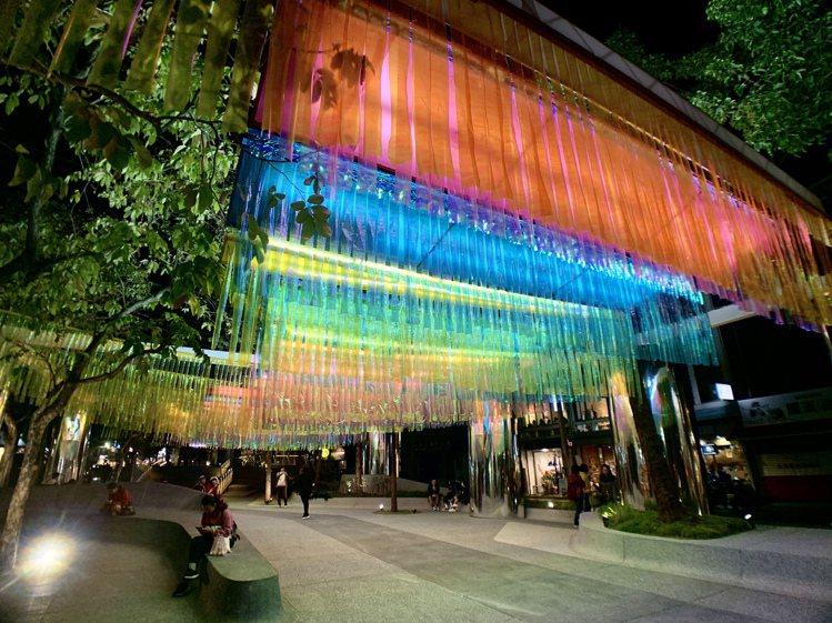 「采采日光」在夜間呈現不同光彩。記者張芳瑜/攝影