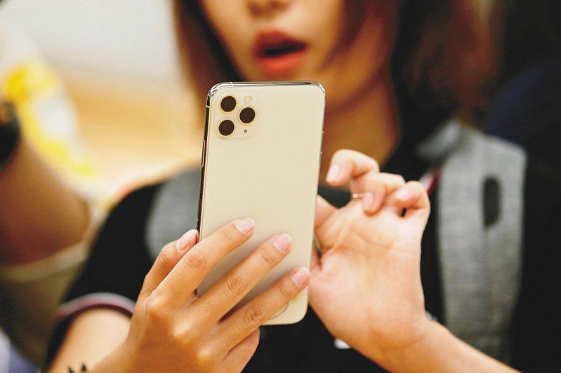 天風國際證券分析師郭明錤預測今年蘋果將有5款iPhone機型,包括上半年1款4.7吋LCD機型,及下半年4款不同尺寸的OLED機型,且將同時發表支援mmWave的新iPhone與Sub-6GHz iPhone。本報資料照片
