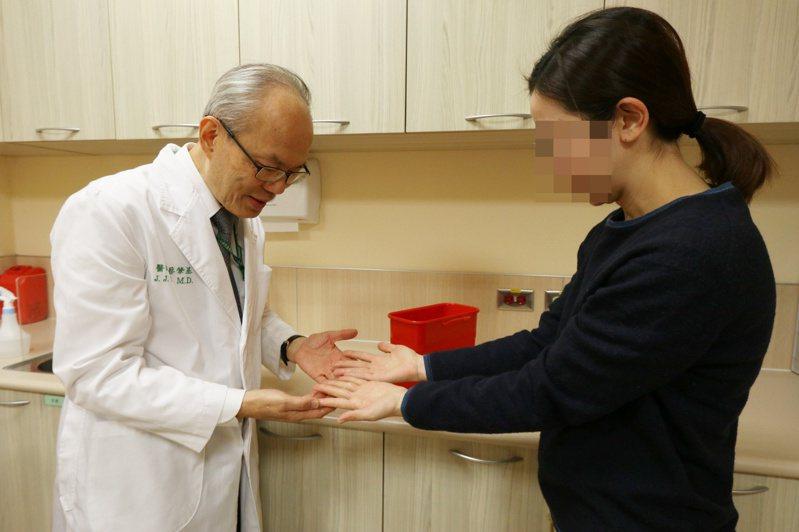 亞洲大學附屬醫院免疫風溼科主任蔡肇基(左)指出,「冷凝球蛋白血症」患者,遇到氣溫驟降,往往就會出現血液循環不佳的症狀,膚色變白或變紫。圖/ 亞洲大學附屬醫院提供