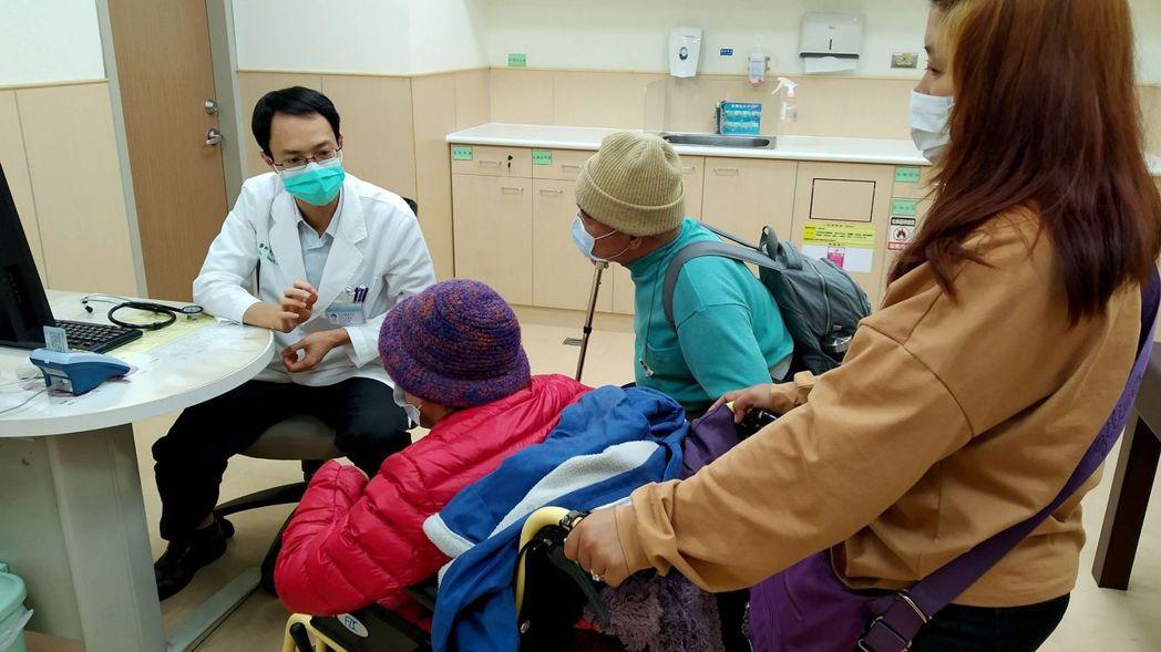 大腸癌早期並無症狀,醫師黃文威(左)建議,最可靠的方法就是定期接受大腸癌篩檢。圖...