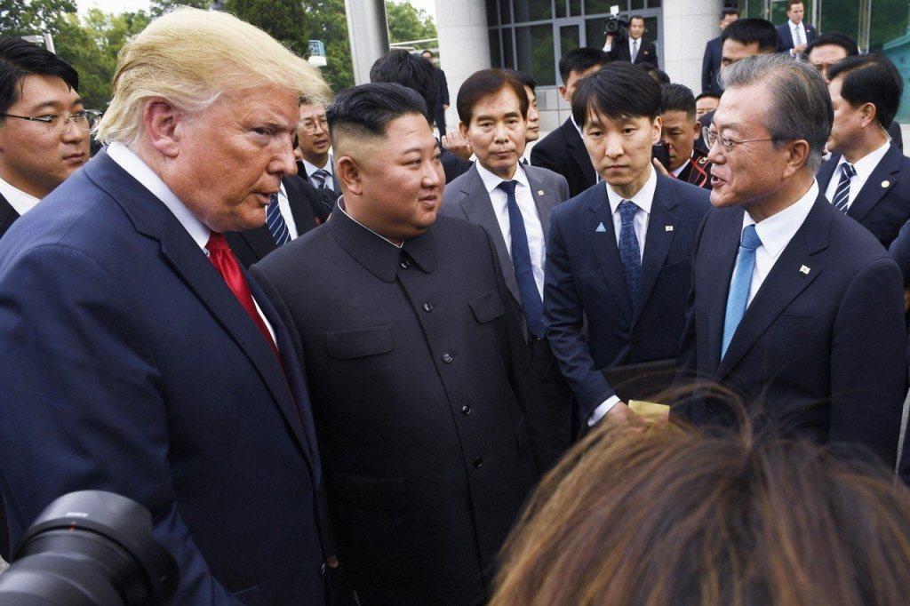 川普(左)、金正恩(中)與文在寅(右)今年6月一起現身兩韓非軍事區,當時川普創下...