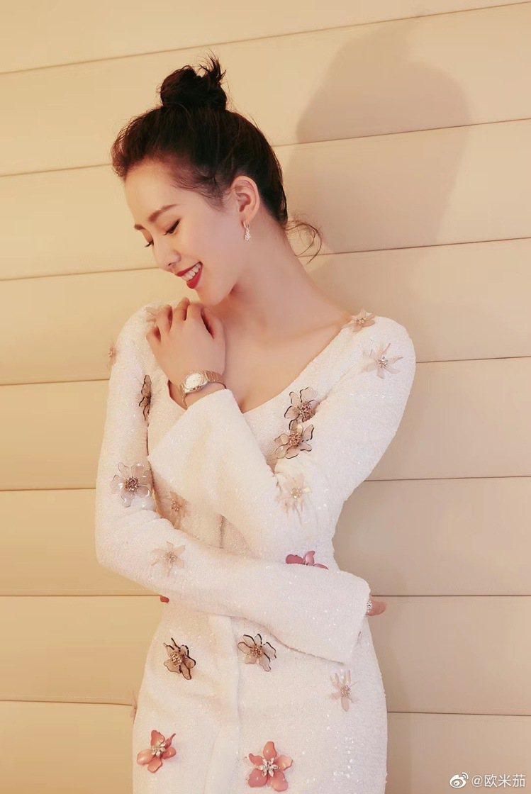 中國女星劉詩詩出席時尚活動,以白色洋裝搭配OMEGA的星座系列同軸擒縱29毫米大...