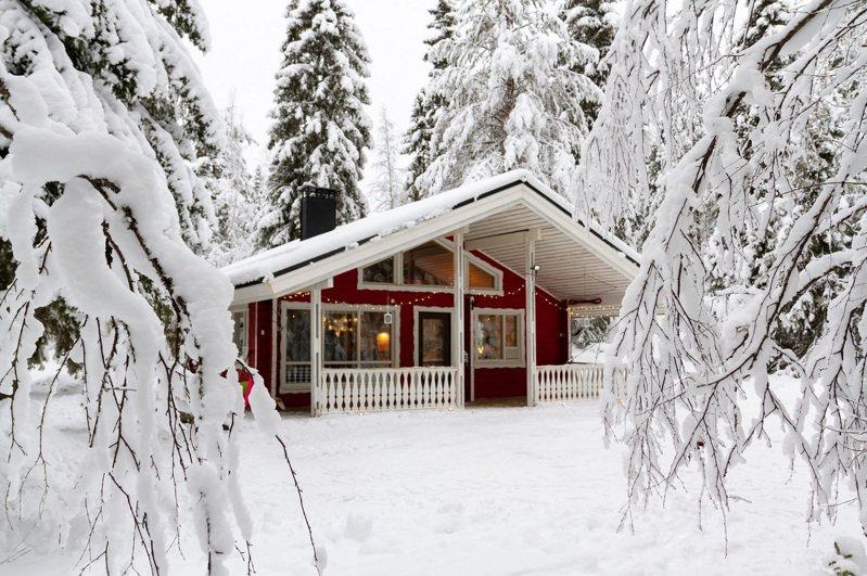 Airbnb平台上旅宿多元,最適合喜愛冬季冷冽氣候台灣旅客們,與親朋好友安排一段耶誕長假,來到Airbnb房源欣賞如畫一般的白雪靄靄,或窩在溫暖的室內,搭配暖和的熱飲及溫馨的音樂。 圖/Airbnb提供