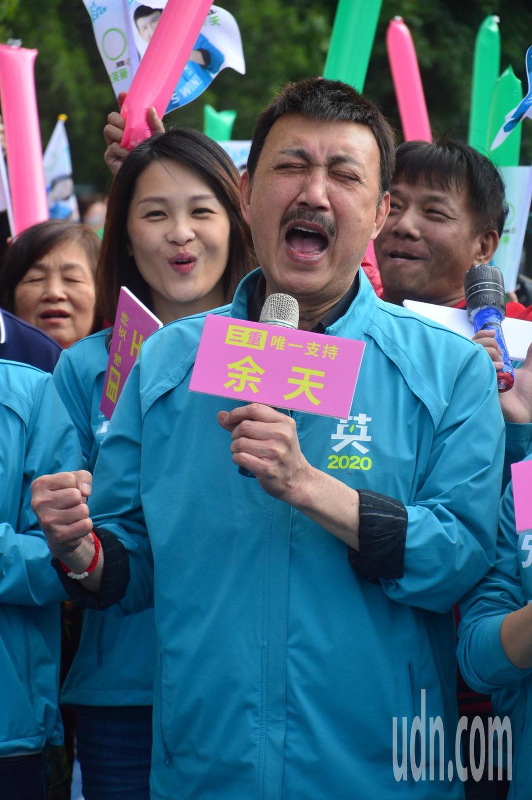 新北立委參選人余天(右二)提到二女兒余苑綺病情轉好,興奮大叫。記者施鴻基/攝影