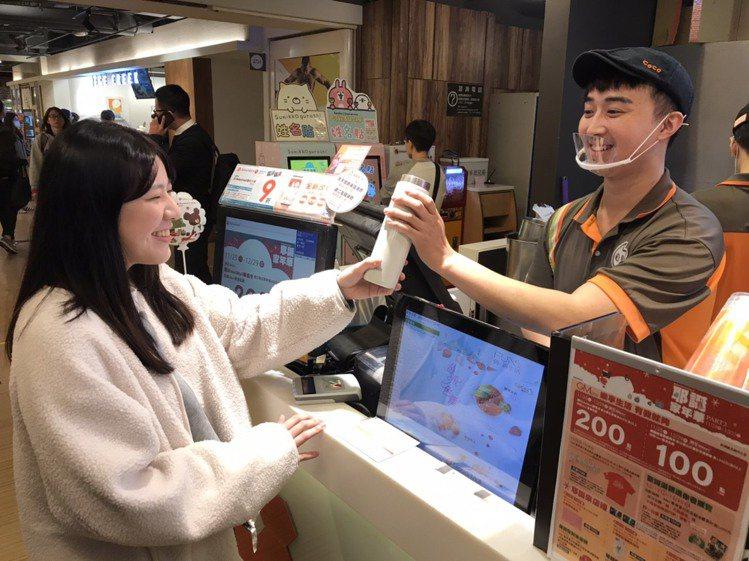 飲料業者推出自備環保杯享優惠。圖/環球購物中心提供