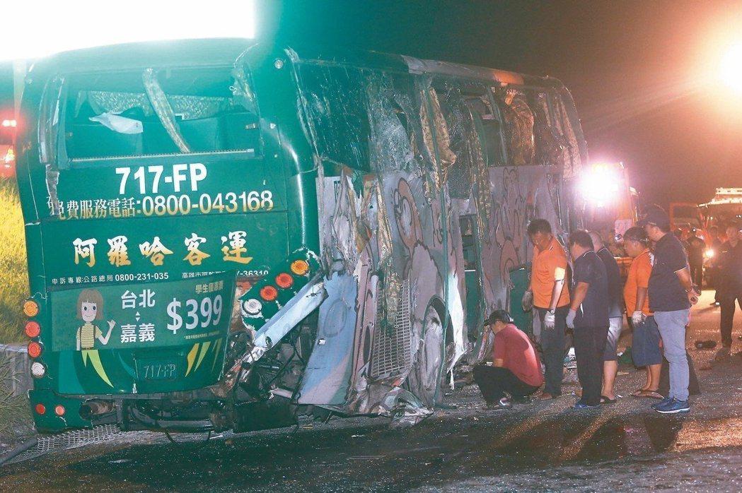 阿羅哈遊覽車衝下邊坡直墜秀水鄉平面道路車禍,造成三名乘客死亡,警消檢視車輛損壞情...