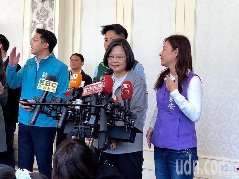 總統蔡英文今天被問到韓國瑜指控民進黨使用網軍一事時表示,年輕人有自己的想法,有自己的判斷,有自己的感覺,不是能被操弄的,並說那樣的說法對年輕人不公平。記者高宇震/攝影