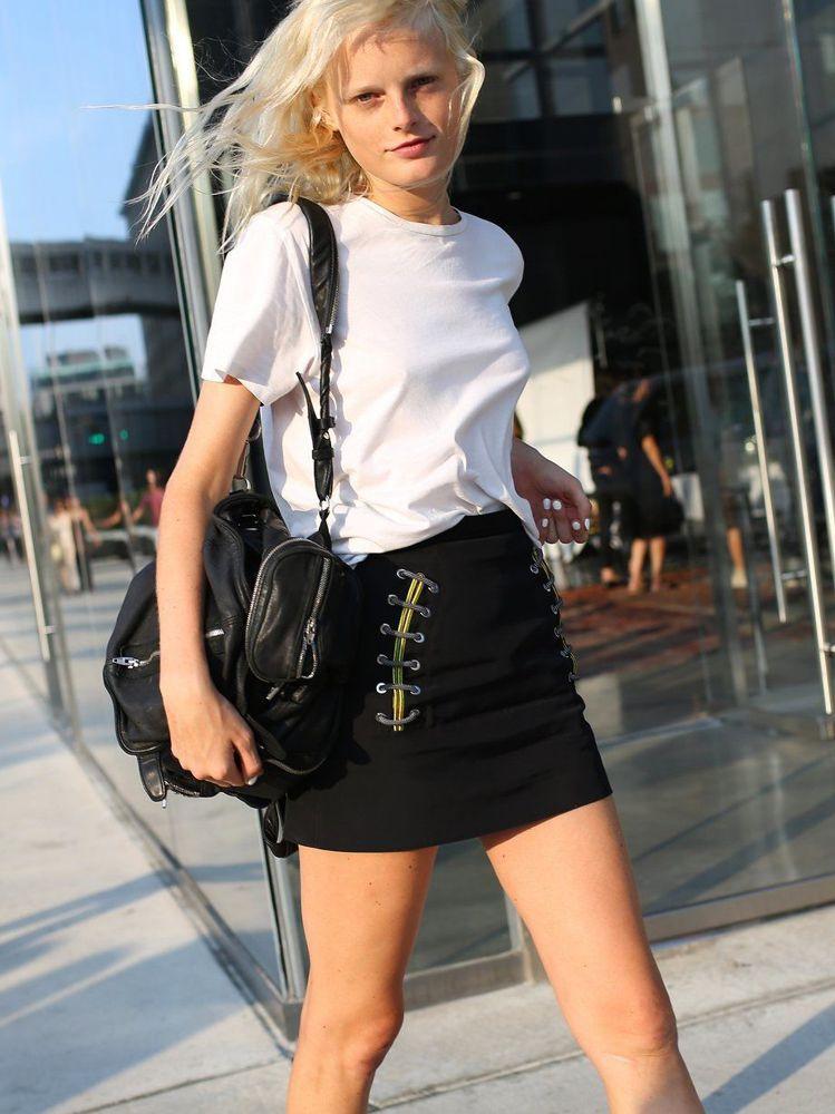 時尚名模Hanne Gaby背著alexanderwang martin背包。圖...
