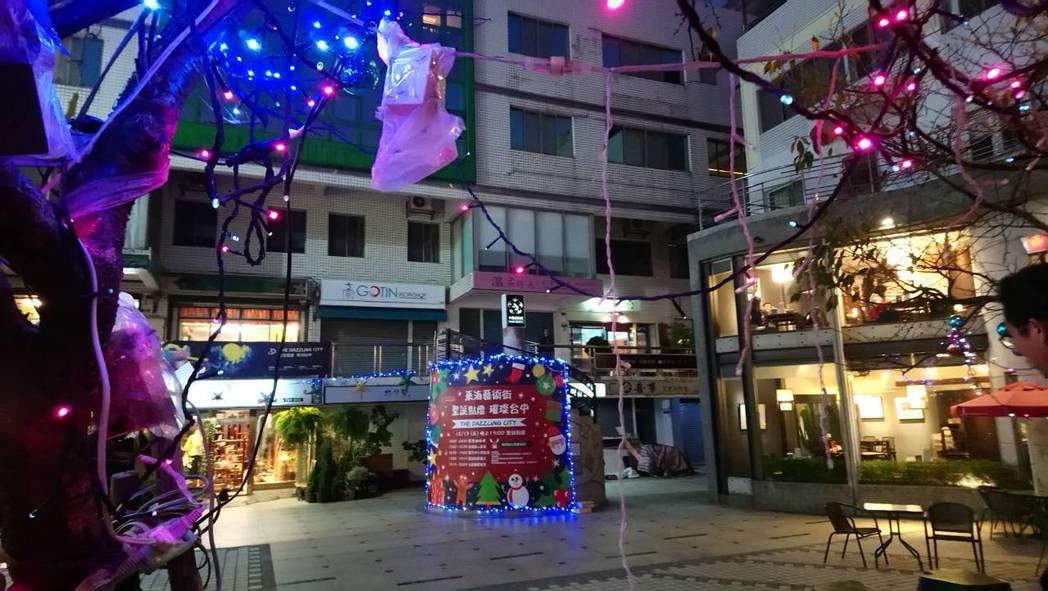 台中市龍井區東海藝術街商圈聖誕樹裝置藝術由商圈的店家親手設計、布置與縫製而成。圖...
