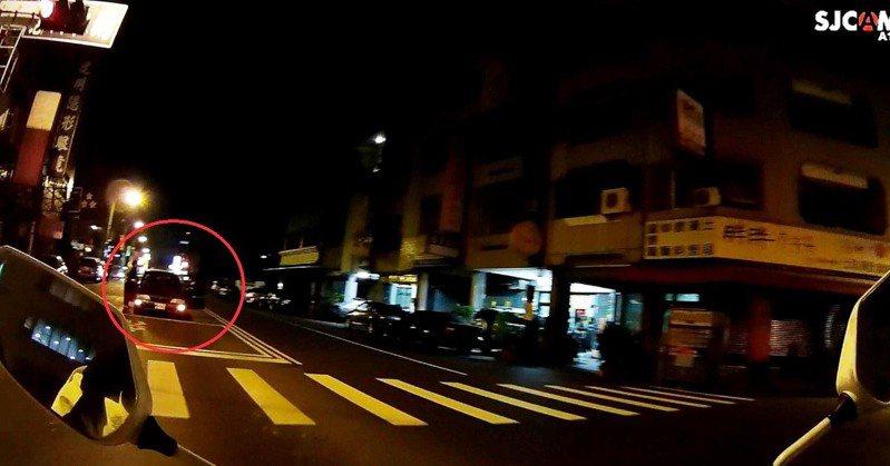 台中市第三警分局正義派出所警員楊力權2日晚間巡邏時,發現一輛轎車拋錨在路中,楊協助車主推車,避免阻礙交通。圖/第三警分局提供