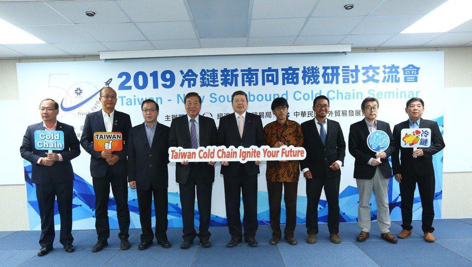 外貿協會秘書長葉明水(中)與來自越南、印尼、馬來西亞及緬甸等國經營冷鏈物流服務、生鮮產品經銷及農水產養殖等海外買主合照。圖/貿協提供
