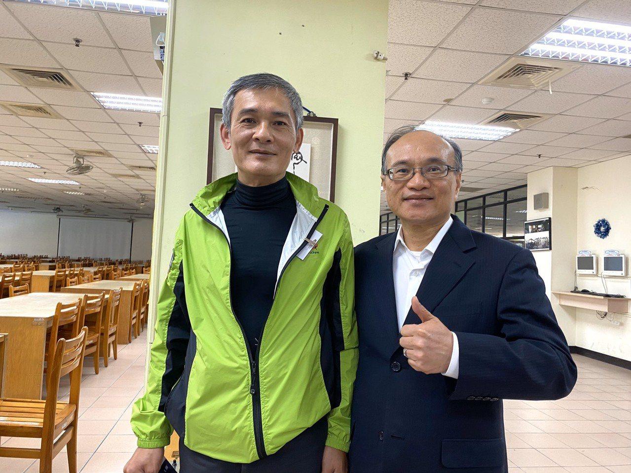 南華高中三年級的屈必正(左)曾是輟學少年,在57歲領到人生第一個優良學生獎,台北...