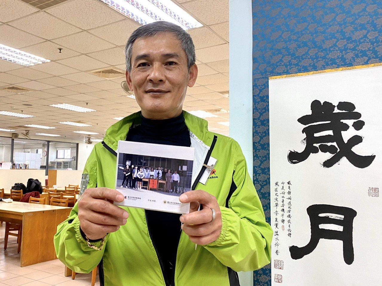 南華高中三年級的屈必正曾是輟學少年,在57歲領到人生第一個優良學生獎,故事還被拍...