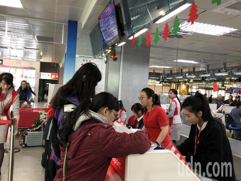 遠航機場的櫃檯,民眾排隊進行退票。記者蔡家蓁/攝影