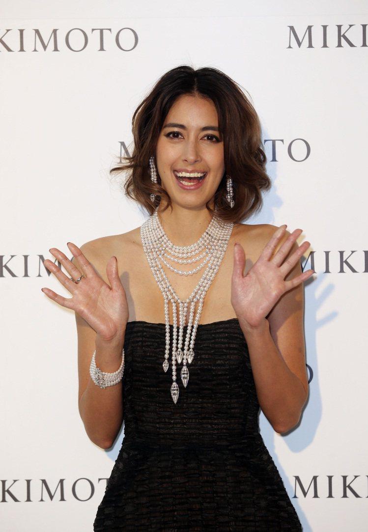 名媛名模森泉除了配戴MIKIMOTO頂級珠寶系列的流蘇項鏈、耳環,更大展親切魅力...