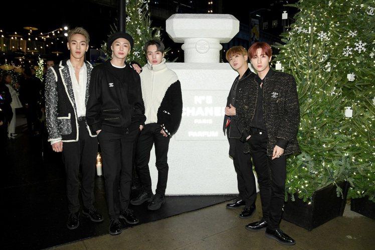 韓國男團MONSTA X穿著香奈兒服飾帶來勁歌熱舞,再次展現K-pop的超強魅力...