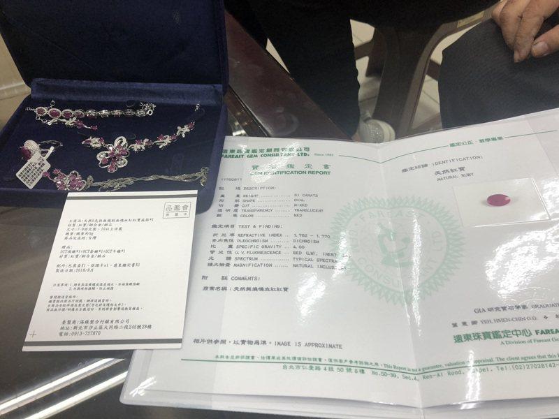 台中市賴姓婦人今天上午看到刑事局中打發布的珠寶商利用電視購物賣假珠寶或次級品後,下午馬上拿著去年10月間購買的商品,向警方報案。記者陳宏睿/攝影