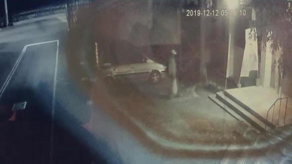 國民黨台南後壁區黨部疑遭人放置爆裂物外界震驚,警方鎖定監視器畫面這名男子釐清。記者謝進盛/翻攝