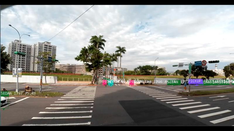 感應性號誌可透過人工智慧影像辨識系統,控制紅綠燈,感應到支道有行人、行車時才開放支道綠燈,若支道車流較大時,也可透過影像偵測,延長支道綠燈時間,以疏解支道車流。圖/北市交通局提供