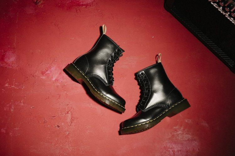12月20日排隊商品,Dr.Martens女款灰色漆皮8孔靴,驚爆價990元。圖...