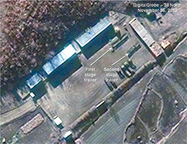 從衛星圖片可以看出,北韓東倉里發射場內載有第一及第二級火箭的貨車(白色箭頭標示處...