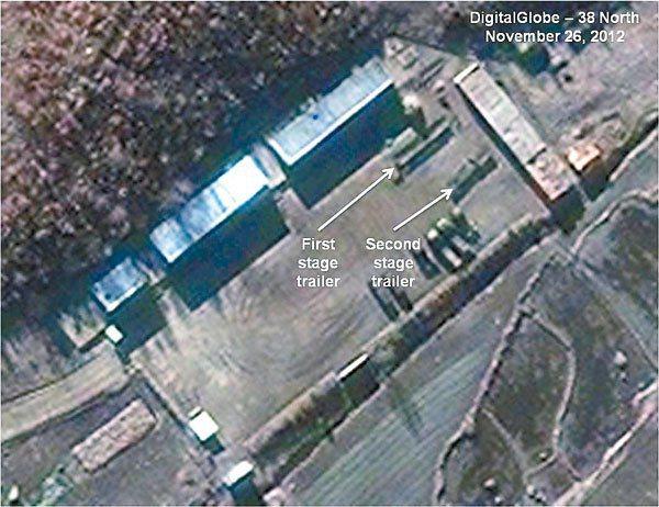 從衛星圖片可以看出,北韓東倉里發射場內載有第一及第二級火箭的貨車(白色箭嘴示)。...