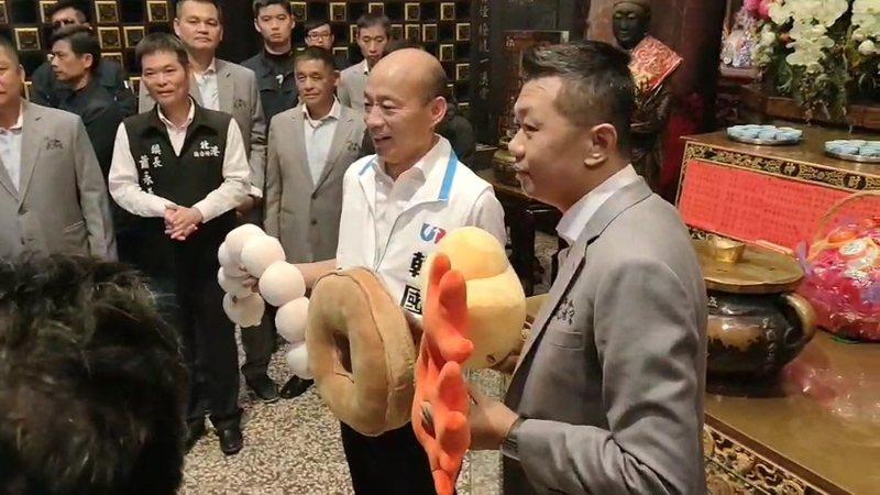 武德宮主委林安樂把廟方創意小物元寶抱枕送給韓國瑜,韓高興地說,好有創意。記者蔡維斌/攝影
