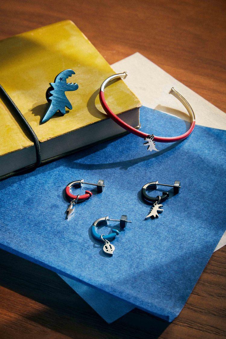 雙色飾品以標誌性的恐龍、閃電等符碼設計,耳環(三款一組)3,280元,手鐲2,5...