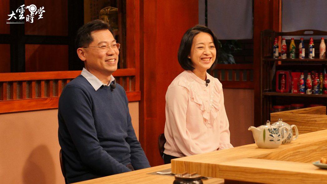 王婉諭(右)和丈夫劉大經上「大雲時堂」。圖/MOMOTV提供