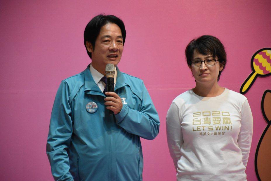 賴清德(左)唱起歌曲阿嬤的話歌詞「做人的媳婦著知道理,晚晚去睏著早早起」來形容蕭美琴(右)在花蓮的操勞。記者王思慧/攝影