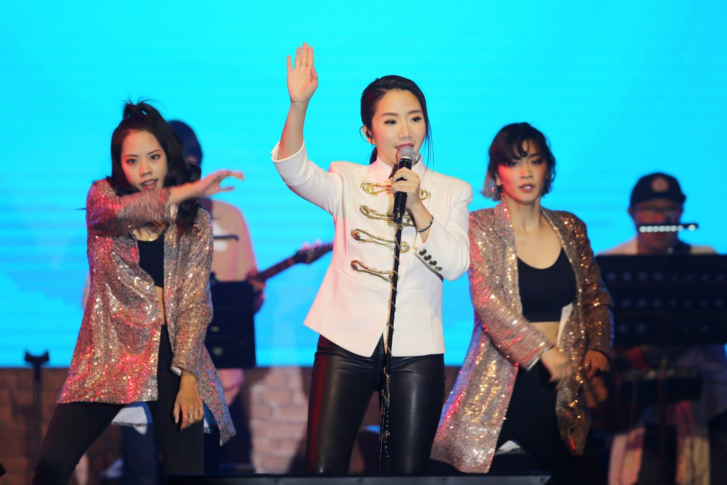陶晶瑩(中)率4名舞者唱跳。記者許正宏/攝影