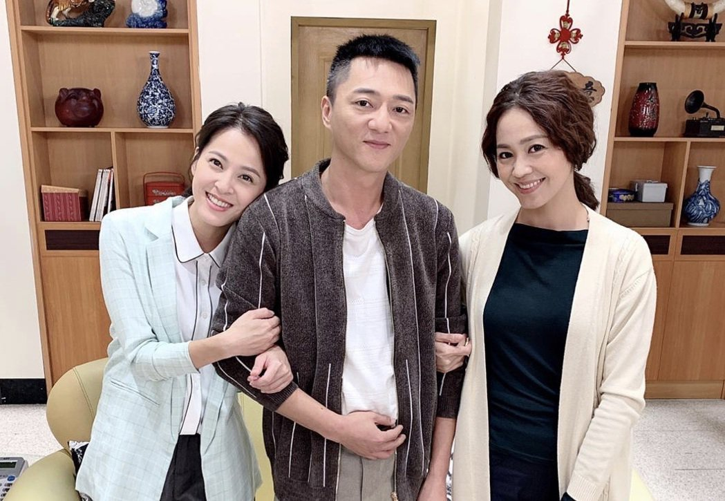 蘇晏霈(左起)、藍葦華、張䕒心在「多情城市」中飾演一家人。圖/民視提供