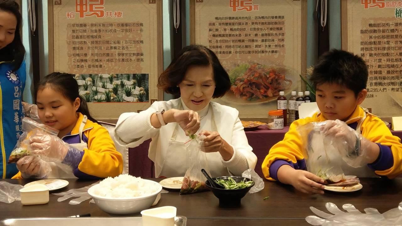 宜蘭縣長林姿妙教導孩子製作鴨賞飯糰,美味好吃。 記者戴永華/攝影