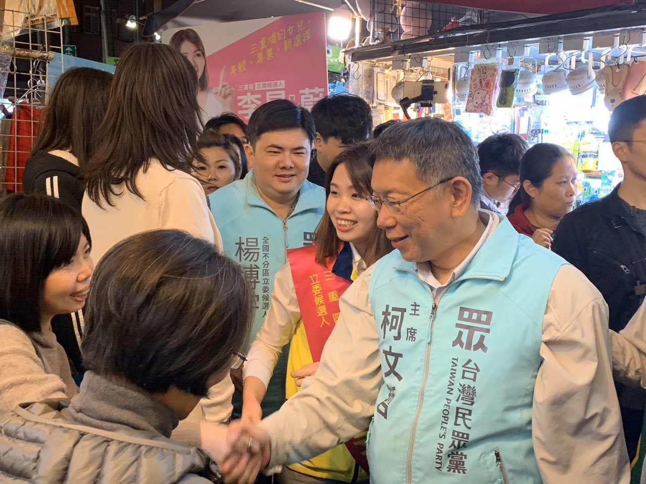 柯文哲今晚替民眾黨立委參選人李旻蔚輔選,到三和夜市掃街拜票。記者張曼蘋/攝影