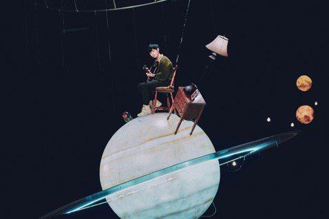 創作歌手魏嘉瑩為新專輯同名單曲「夜空裡的光」,首次穿起厚厚的護具吊上綱絲,對於變胖一圈的肚子絲毫不介意,還搞笑的說:「覺得整套裝備穿起來很像『進擊的巨人』裡的調查兵團穿上機動裝置,很帥耶,我要去砍巨...