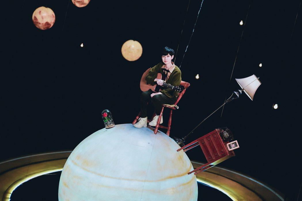 魏嘉瑩為MV吊鋼絲,感想卻是很想睡。圖/小魏工作室提供