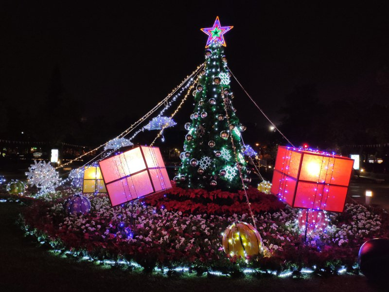 越晚越美, 台南新營民治中心周六將首度耶誕點燈。記者謝進盛/攝影