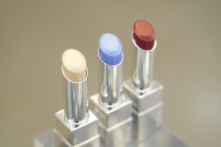 RMK經典輕潤口紅「潤采」,可用藍色、金色疊擦。圖/RMK提供