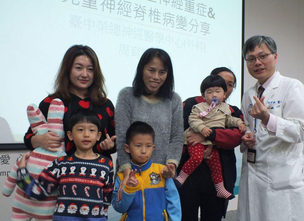 粘小弟、凱凱與小潔(左至右)術後恢復健康,在家人陪伴下感謝醫師周育誠等台中榮總醫...