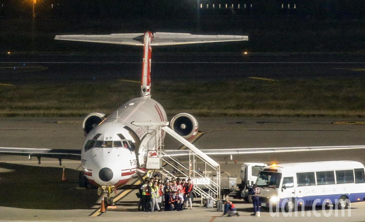 遠東航空最後一個航班的所有工作人員一起合影。記者鄭超文/攝影