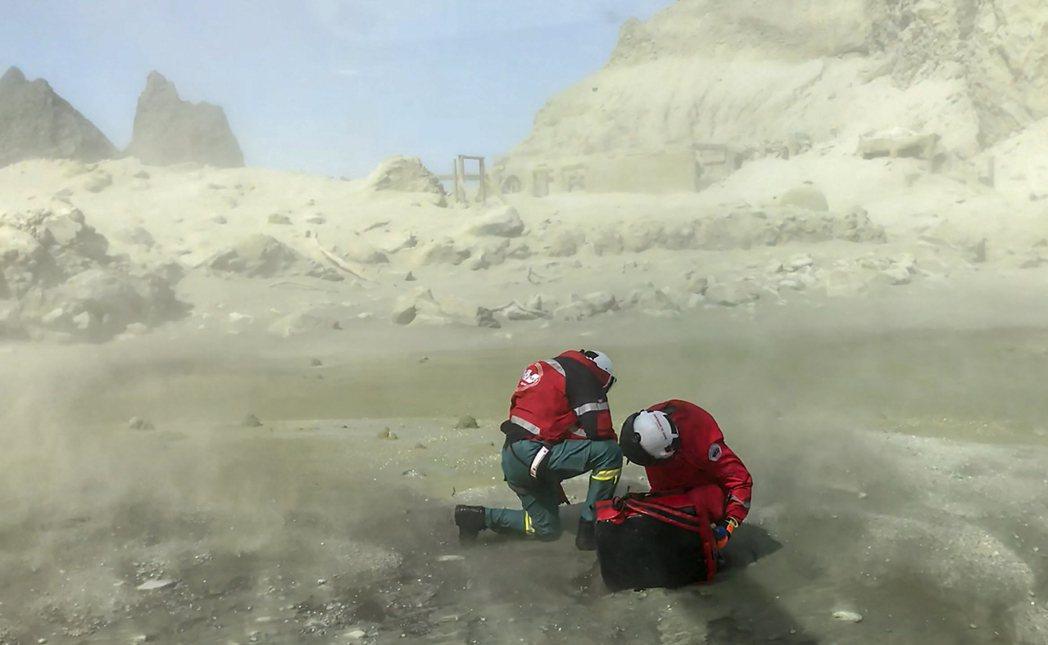 懷特島火山9日爆發後,紐西蘭救援人員登島勘查。(新華社)