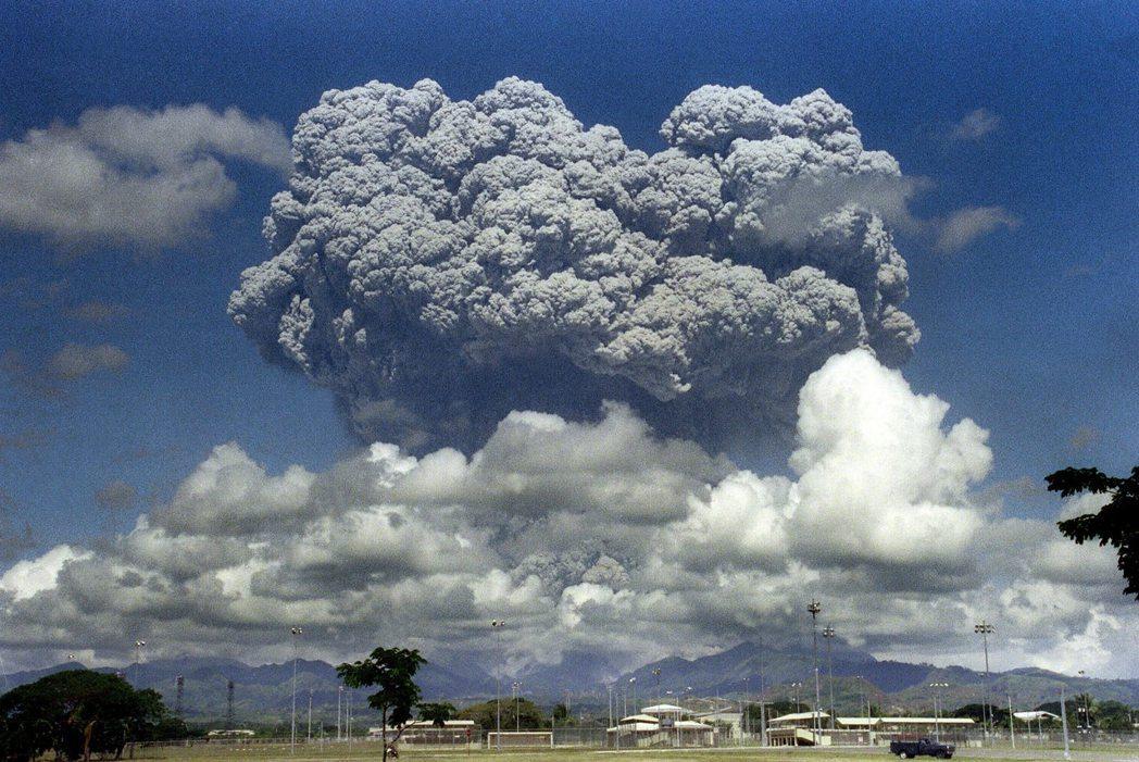 菲律賓皮納土波火山在1991年6月12日爆發時景象。(法新社)