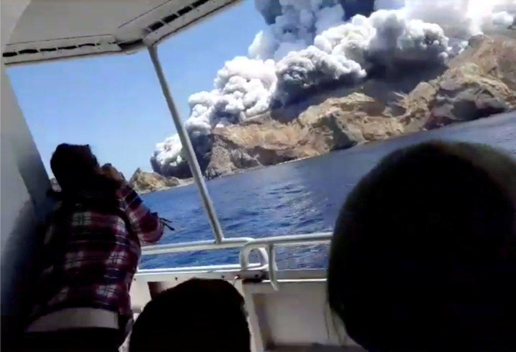 懷特島火山9日爆發時,冒出大量蒸氣與白煙。(路透)