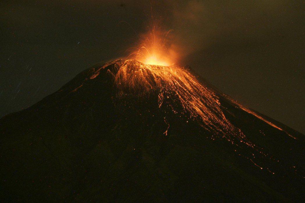 火山爆發指的是蒸氣或岩漿從火山口釋放出來。圖為2016年厄瓜多通古拉瓜火山爆發景...
